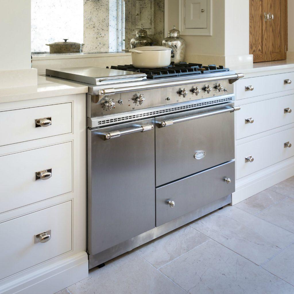 Contemporary Urban Kitchen St Albans: Humphrey Munson Kitchens