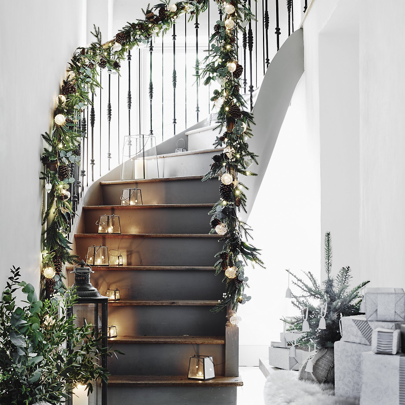 White Company - Fir and Snowberry Garland